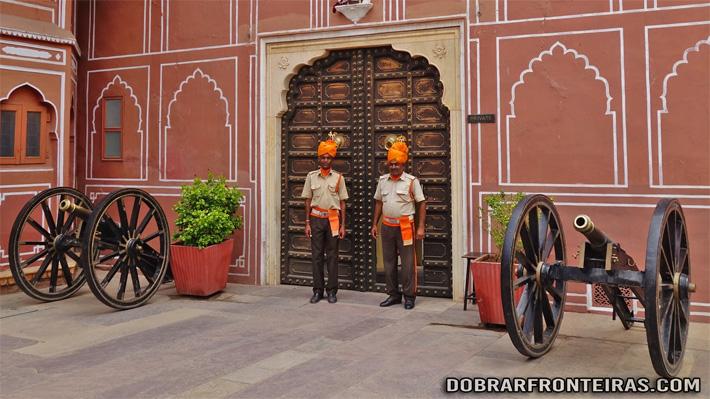 Guardas no palácio da cidade de Jaipur, Índia