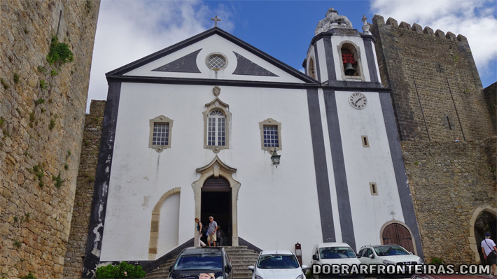 Fachada da igreja de Santiago em Óbidos, onde funciona uma livraria