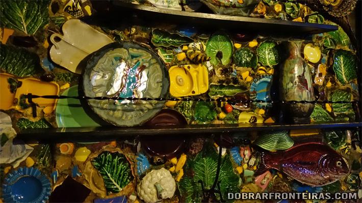 Parede com cacos de cerâmica no bar Ibn Errik Rex em Óbidos