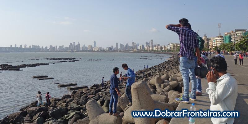Juventude na marginal da baía de Bombaim