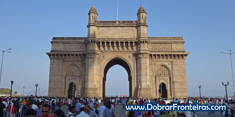 Portal da Índia em Bombaim, rodeado de centenas de pessoas