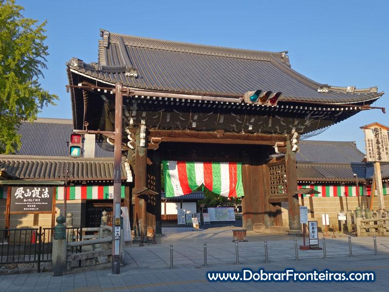 Entrada no templo Nishi Hongan-ji em Quioto