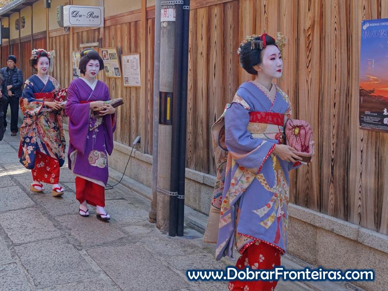 Três Gueixas nas ruas de Quioto, Japão