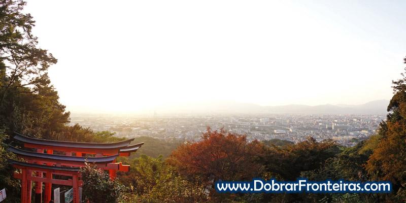 Por do Sol sobre a cidade de Quioto na colina de Inari