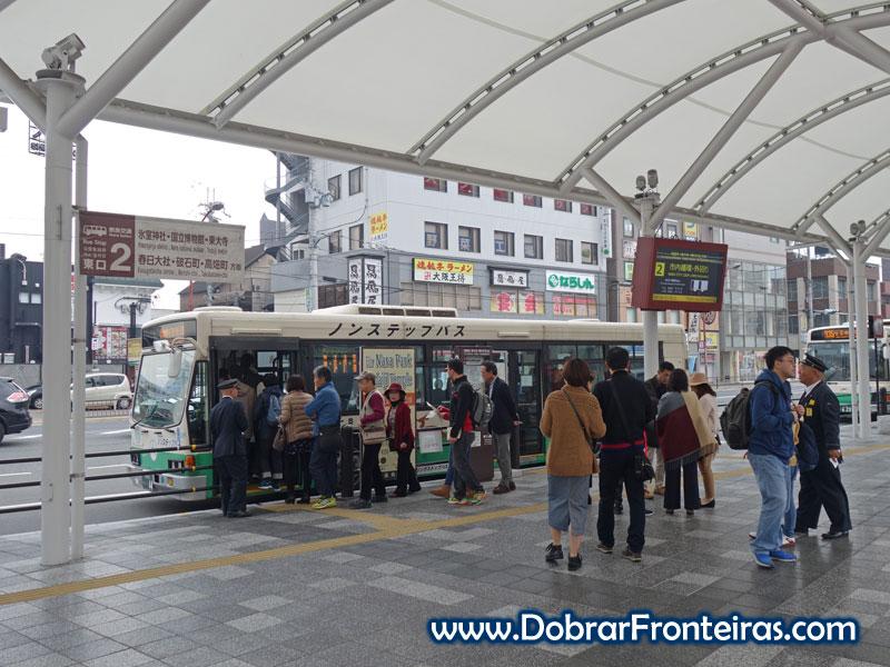 Autocarro urbano junto à estação de Nara