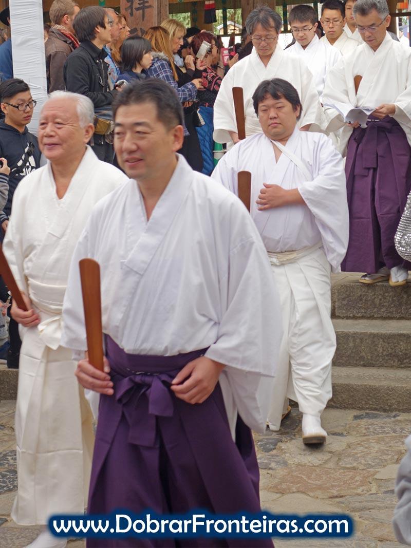 Homens em cerimónia budista no templo de Kasuga Taisha, Nara