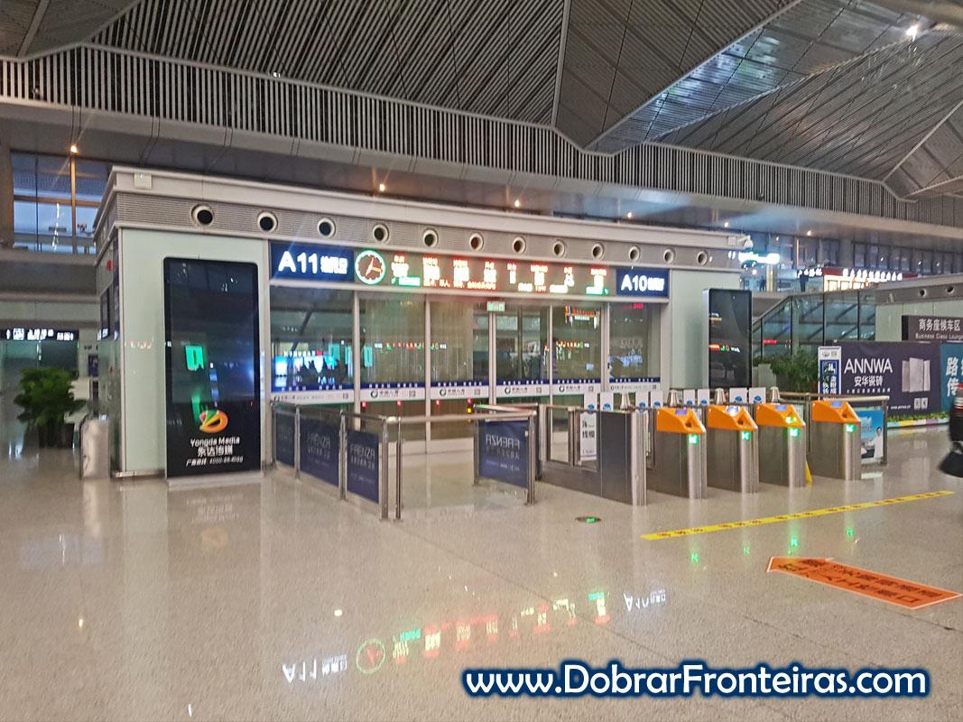 Sala de espera na estação de comboios de alta velocidade em Xi'an, China