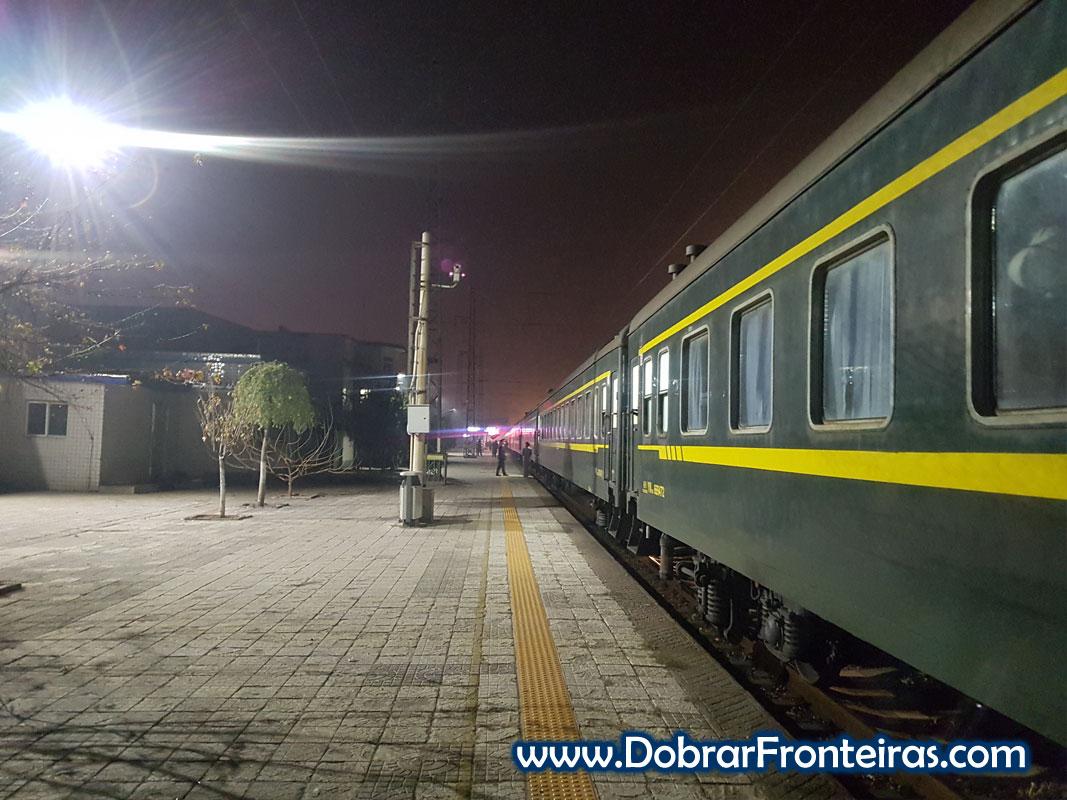 Comboio na estação de Pingyao na China à noite