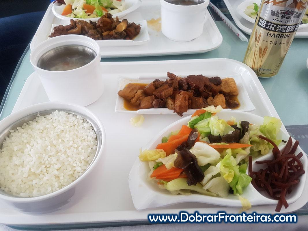 Comida chinesa em carruagem restaurante na China