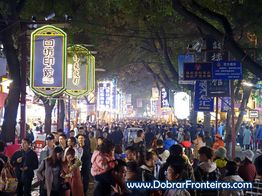 Multidão de pessoas ao fim do dia no bairro muçulmano em Xi'an, China