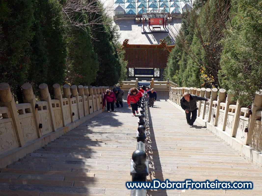 Pessoas subindo escada para templo taoísta em Mianshan, China