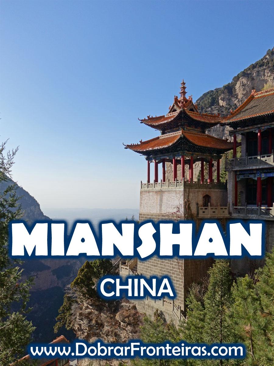 Paisagem da montanha de Mianshan com edifício tradicional na China