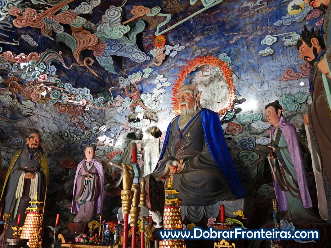 Altar de templo taoísta chinês com belas estátuas em tons de azul