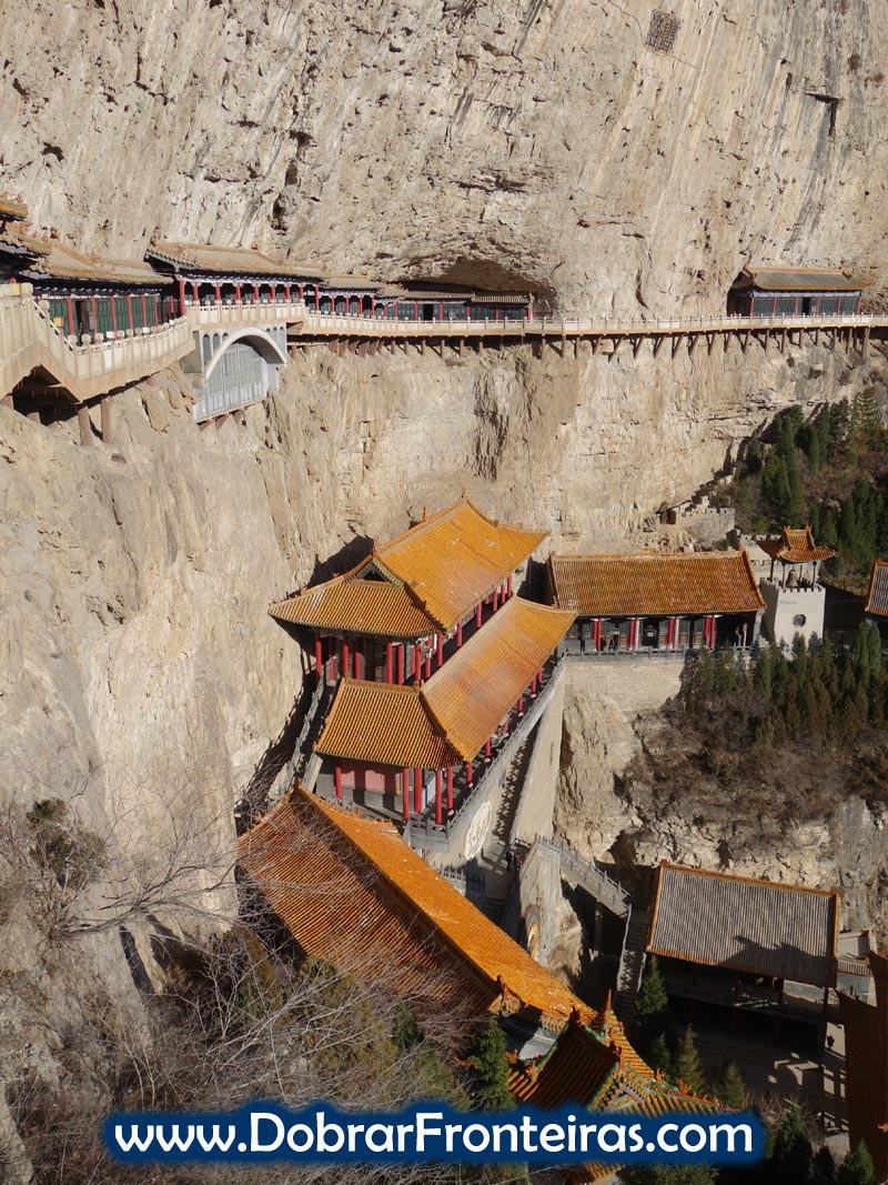 Templo suspenso na falésia em Mianshan China