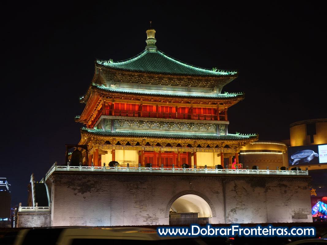 Torre do sino em Xi'an iluminada à noite