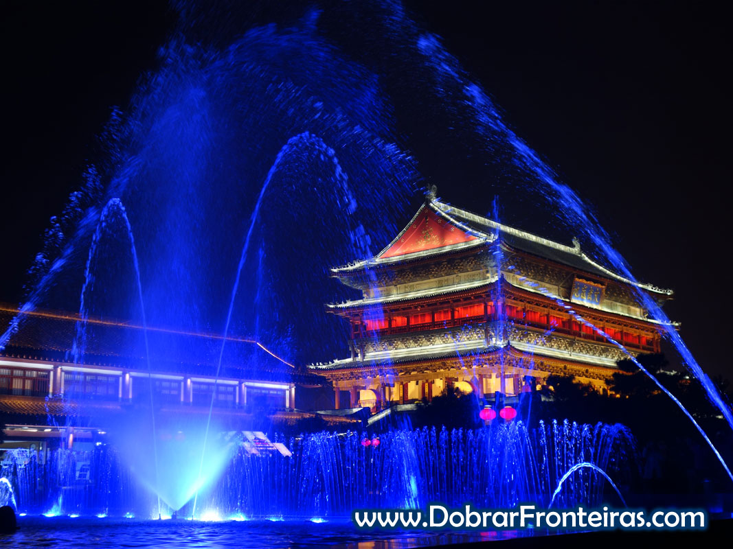 Espectáculo de água luz e som junto à torre do tambor em Xi'an, China à noite